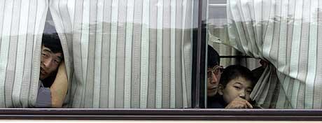 FØRSTE GANG I SØR-KOREA: Nordkoreanske avhoppere ser ut av bussvinduene. I natt ankom flyktningene med fly fra et ukjent land. (Foto: Yonhap/AP)