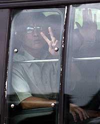 DEBRIEFING: Gruppen med avhoppere ble fraktet vekk i seks busser til et ukjent sted for å bli debriefet. (Foto: Lee Jin-man/AP)