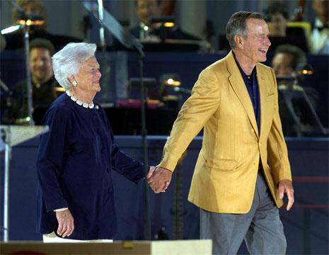 George Bush senior, her sammen med fru Barbara, tapte ikke valget på grunn av utenrikspolitiske spørsmål. (Foto: Getty/AFP/Scanpix)