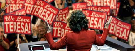 HYLLET: Demokratene hyllet Teresa Heinz Kerry, som hyllet sin ektemann fra talerstolen på demokratenes landskongress. (Foto:REUTERS/Kevin Lamarque)