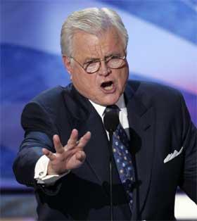 KLAGET: Edward Kennedy deltok i hyllesten av John Kerry, og mente også at landet burde frykte fire nye år med Geroge Bush som president. (Foto: AP Photo/Ron Edmonds)