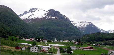 Loen har mista mykje av sjarmen på grunn av støyen, meiner turisten Bergliot Karlseng. (Foto: Arild Nybø, NRK)