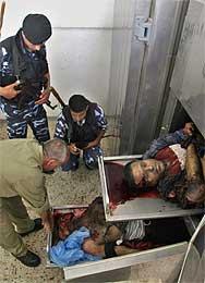 Palestinsk politi betrakter de to Abu al-Rish-medlemmene som ble drept i Rafah (Scanpix/AP)