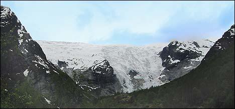 Bergsetbreen sett frå Krundalen. Den 1.400 meter høge isveggen har tydeleg delt seg i to. (Foto: Arild Nybø © 2004)