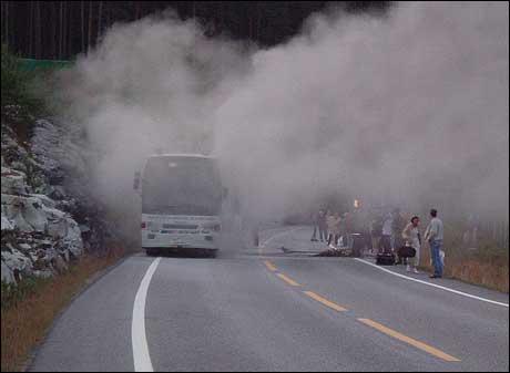 Ein buss av merket Volvo tok fyr ved Amlatunnelen laurdag. (Foto: Karianne Nordstrand)
