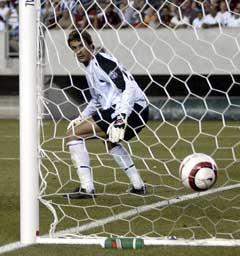 Carlo Cudicini ser ballen i mål etter Sjevtsjenkos frispark. (Foto: AP/Scanpix)
