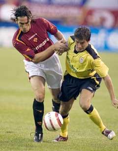 Harry Kewell i kamp med Romas Gaetano DAgostino under treningskampen natt til onsdag. (Foto: AP/Scanpix)