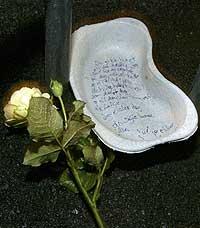 EN SISTE HILSEN: Kjæresten til 23-åring som ble drept la ned en gul rose og en siste hilsen. (Foto: Håkon Mosvold Larsen/Scanpix)