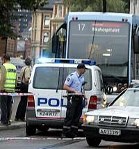AMOK: En person ble drept og fem personer ble skadd da en mann gikk amok med en kniv på trikken. (Foto: Heiko Junge/Scanpix)