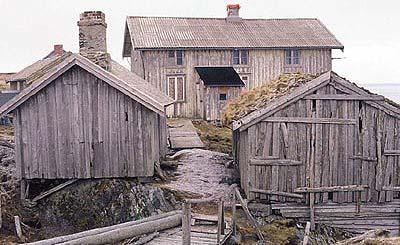 Noen av bygningene i Skjærvær før restaureringen. Foto: Svein Mjaatvedt.