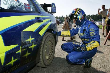 En småsyk Petter Solberg var ikke fornøyd med bilen og måtte gjøre justeringer flere ganger underveis på shakedown i Jyväskylä, Finland, torsdag. Solberg fikk tredje beste tid på testkjøringen. (Foto: Erlend Aas / SCANPIX)