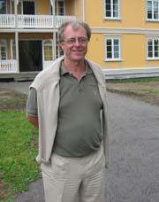 En stolt klinikksjef, Per Anders Øien, foran det nyeste tilskuddet til Modum Bad, Villa Nora.