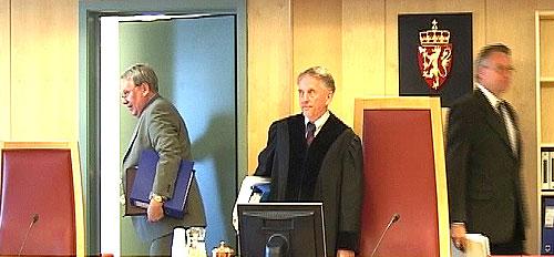 Rettens administrator, sorenskriver Gunnar Lind, flankert av medommerne: Autorisert revisor John A. Ødegård (t.v) og dr.ing. Håkon V. Døvre.