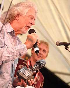 John Mayall ble vinner av Bluesprisen på Notodden Bluesfestival 2004. (I bakgrunnen: Jostein Forsberg). Foto: Jørn Gjersøe, nrk.no/musikk.