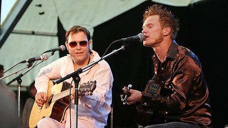 Vidar Busk (t.v.) og Amund Maarud ga publikum på åpningen av Notodden Bluesfestival en smakebit på deres konsert senere på kvelden. Foto: Jørn Gjersøe, nrk.no/musikk.