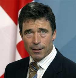 ROSER: Statsminister Anders Fogh Rasmussen roser sin forsvarsminister for håndteringen av de påståtte overgrepene i Irak. (Foto: AFP PHOTO DDP/Michael Kappeler)