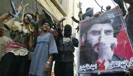 Al Sadr-tilhengere i Najaf hyllet i dag sin leder samtidig som nye kamper brøt ut(Scanpix/AFP)