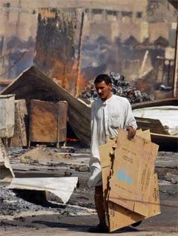 Opprydding etter bombe i Najaf i Irak. (Foto: Scanpix)