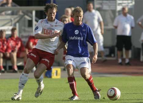 Fredrikstad tapte søndag for Vålerenga. Her er VIF's Steffen Iversen i kamp mot Fredrikstads Simen Brenne. Foto: Jarl Fr. Erichsen / SCANPIX