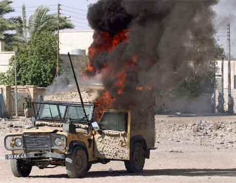 Demonstrantar sette fyr på eit britisk militært køyrety under uroa i Basra i dag. (Foto: Reuters/scanpix)