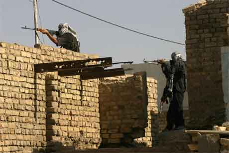 Kampane held fram i Najaf, der sjiamuslimske opprørarar kjempar mot amerikanske styrkar. (Foto: AP/Scanpix)