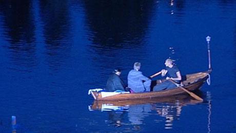 Barbara Hendricks ankommer i en robåt.
