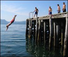 Badeglad ungdom i Tingvoll foretrekker den nedlagte ferjekaia i stedet for Koksvikstranda. Foto: Gunnar Sandvik