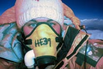 Cecilie har endelig nådd målet - til topps på verdens høyeste fjell. (Foto: Cecilie Skog)