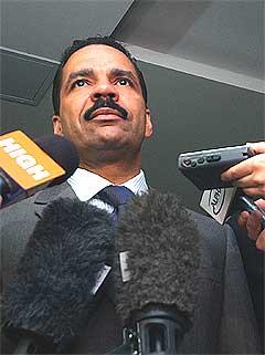 - Piratkopierte CD-er gir mer fortjeneste enn narkotika, sier generalsekretær for Interpol, Ronald Noble. Foto: Scanpix.