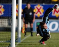 Tallinns målvakt, Artur Kotenko, kan ikke hindre at Bodø/Glimt tar ledelsen på straffe