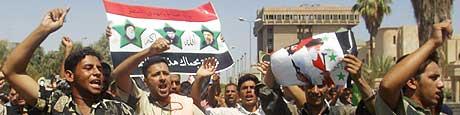 Sjiamuslimer demonstrerer til støtte for al-Sadr i Najaf fredag 13. august 20004(Foto:AFP/Scanpix).