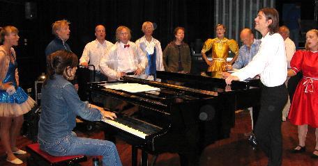 Siste innspurt i prøvene - her er ensemblet samlet rundt Ingrid Bjørnov ved flygelet. Foto: Gunnar Sandvik