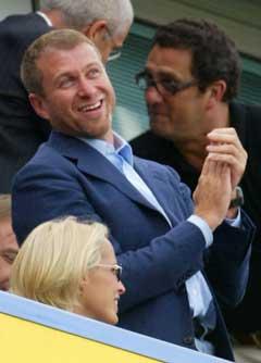 Chelsea-eier Roman Abramovich koste seg på Stamford Bridge. (Foto: AFP/Scanpix)