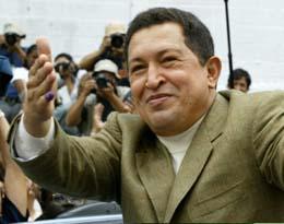 President Chavez vinker til tilhengerne etter å ha stemt søndag. (Foto: K.White, Reuters)