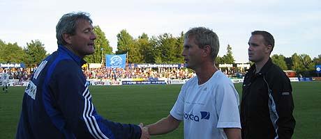 Sandefjordtrener Arne Dokken gratulerer Stabæk-trener Gaute Larsen etter kampen.
