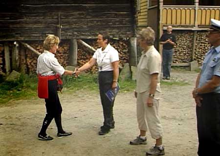 Dronninga vart møtt av ordførar Karen Marie Hjelmeseter. Foto Heidi Lise Bakke NRK.