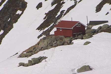 Flatbrehytta ligg ved kanten av breen. Foto Heidi Lise Bakke NRK.