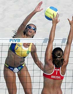 De norske sandvolley-damene sørger for spenning foran TV-en. Tzatziki er ypperlig tilbehør. Foto: AFP/Scanpix