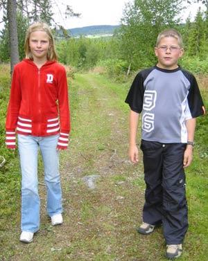 Håkon Grønvold og Marit Berntsen Ellefseter liker den nye skoleveien. (Foto: Stein S. Eide/NRK)