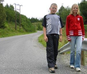 Håkon Grønvold og Marit Berntsen Ellefseter liker ikke den gamle skoleveien. (Foto: Stein S. Eide/NRK)