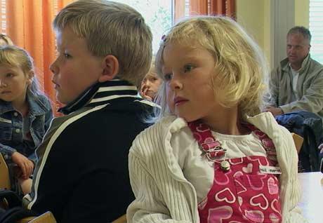 Anne Marthe Kroon og Idar Martin Randby følger med på hva læreren sier.