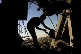 En palestiner i ruinene av et av husene som ble jevnet med jorden i Rafah i natt. (Foto: S.Khatib, AFP)