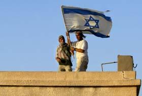 Israelske ungdommer stormer et forlatt palestinsk hus under trening på å nedkjempe forsøk på å bli fjernet fra Gazastripen. (Foto: G.Tibbon, AFP)