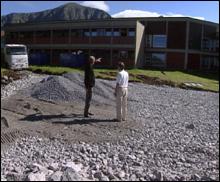 Det blir både luftegård og sandvolleyballbane ved det nye fengselet på Hustad. Foto: Omar Sejnæs