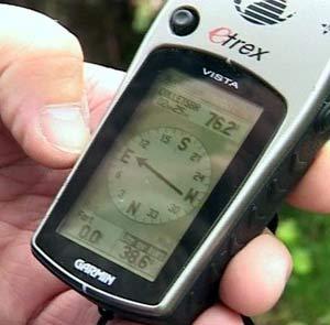 Ved hjelp av en GPS-sender finner de boksene i terrenget.