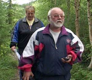 Karin og Yngve Jenack på jakt etter en ny boks.