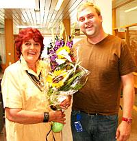 - Du har betydd uendelig mye for NRK P1, sa P1-sjef Tommy Hansen da han takket Brita Blomquist. (Foto: Jon-Annar Fordal)