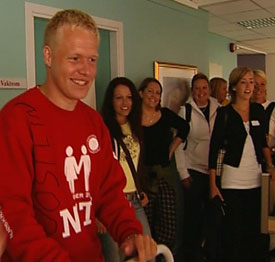 Fadder til sjukepleierstudentene, Jostein Nybakke, viser hvordan man skal pleie en pasient.(Foto: Ulf Erik Hansen/NRK)