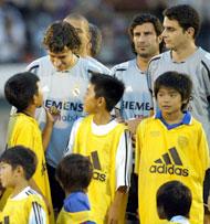 Nunez på Reals treningsleir i Japan med Raul og Figo (Foto: AP Photo/Shizuo Kambayashi)