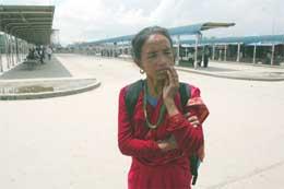 En kvinne venter på bussen på hovedstasjonen i Katmandu, men det er få busser som går etter at blokaden ble innført (Scanpix/Reuters)